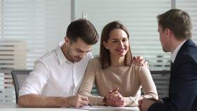 Directeur d'agence heureux de poignée de main de contrat d'investissement de prêt de signe de couples clips vidéos