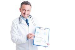 Directeur d'hôpital présent le presse-papiers avec des ventes et la prévision photo stock