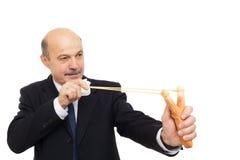 Directeur dans un costume jouant le tir avec la fronde images stock
