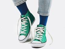 Directeur de bureau, espadrilles élégantes et chaussettes multicolores photos libres de droits