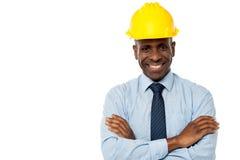 Directeur de construction avec des bras pliés photographie stock libre de droits