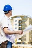 Directeur de construction tenant le projet Photos stock