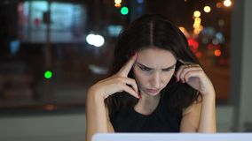 Directeur de femme, fatigué du travail à l'ordinateur portable, mal de tête banque de vidéos