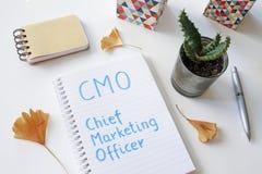 Directeur de Marketing de CMO écrit dans le carnet Photo stock
