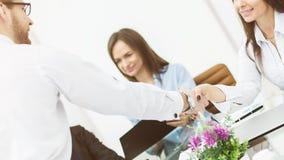directeur de poignée de main et le client lors d'une réunion d'affaires dans le bureau Photos libres de droits