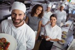 Directeur de restaurant avec son personnel de cuisine Images stock