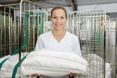 Directeur de service de toile de nettoyage d'hôtel de portrait photo libre de droits