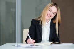 Directeur de sourire d'espace de travail de bureau de femme d'affaires Photo libre de droits