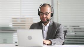 Directeur de sourire d'homme d'affaires d'afro-américain parlant par appel de vidéoconférence banque de vidéos