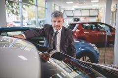 Directeur de véhicule dans la salle d'exposition automatique Photo libre de droits