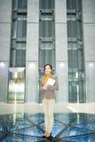 Directeur des services administratifs féminin gai dans le lobby photos libres de droits