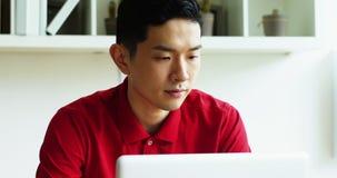 Directeur die aan laptop werken stock videobeelden