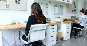 Directeur die digitale tablet in bureau gebruiken stock footage