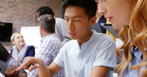 Directeur die digitale tablet in vergadering gebruiken stock videobeelden