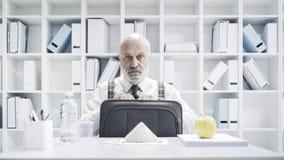 Directeur die een droevige eenzame maaltijd hebben stock afbeelding