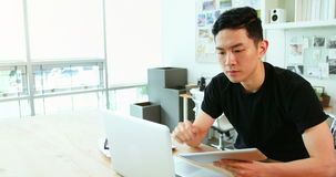 Directeur die laptop en digitale tablet gebruiken stock video