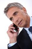 Directeur die op telefoon spreken stock foto's