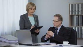 Directeur en zijn secretaresse die in bureau, het programma plannen, die instructies geven stock video
