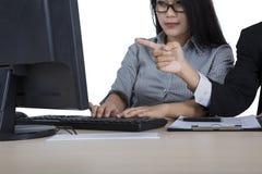 Directeur et assistant avec l'ordinateur sur le studio Image stock