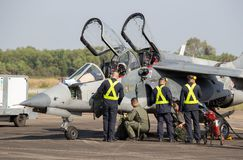 Directeur et pilotes Alpha Jet Who d'avions vérifient la promptitude pour voler image libre de droits