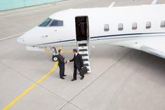 Directeur exécutif laissant le jet d'entreprise Photos stock