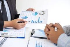 Directeur exécutif professionnel, associé discutant le plan marketing d'idées et le projet de présentation de l'investissement à  images stock