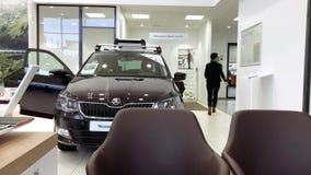 Directeur féminin à l'intérieur de porte fermante de concessionnaire automobile de nouvelle voiture banque de vidéos
