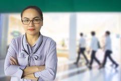 Directeur féminin Administrator et Président Customer Care sur la boutique ou photo libre de droits