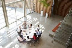 Directeur féminin adressant une réunion d'équipe, vue élevée images stock