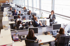 Directeur féminin asiatique s'adressant à des travailleurs dans le bureau ouvert de plan Photographie stock