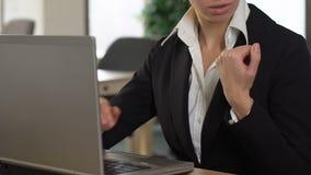 Directeur féminin dactylographiant sur la douleur d'ordinateur portable du syndrome du canal carpien de douleur de poignet banque de vidéos