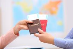 Directeur féminin donnant des passeports avec des billets au client photos libres de droits