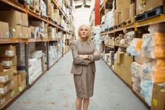 Directeur féminin sérieux avec des bras croisés photos stock