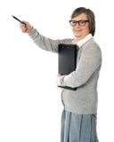 Directeur féminin se dirigeant loin avec le crayon lecteur à disposition Photo libre de droits