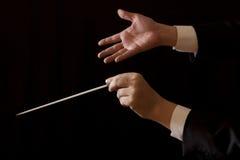 Directeur masculin de musique tenant le bâton Images libres de droits