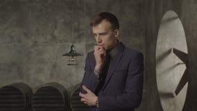 Directeur masculin songeur pensant au-dessus du nouveau défi banque de vidéos