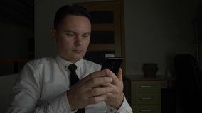 Directeur ou homme d'affaires dans la chemise blanche avec le lien utilisant le smartphone noir clips vidéos