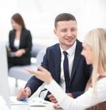 Directeur parlant avec un collègue sur le lieu de travail Image libre de droits