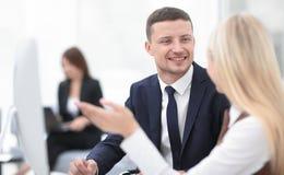 Directeur parlant avec un collègue sur le lieu de travail Photographie stock