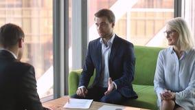 Directeur représentatif de société conclure l'accord d'affaires avec la poignée de main de client clips vidéos