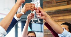 Directeur roosteren glazen champagne in bureau stock videobeelden