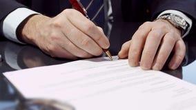 Directeur Signs Contract banque de vidéos