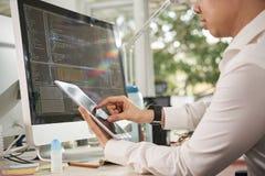 Directeur travaillant en ligne sur le PC de comprim? photos stock