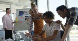 Directeuren die aan laptop in een modern bureau 4k werken stock videobeelden