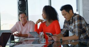 Directeuren die in conferentieruimte werken van modern bureau 4k stock videobeelden