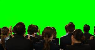 Directeuren die het onzichtbare scherm bekijken stock video
