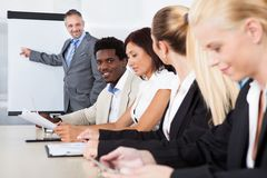 Directeuren die nota's nemen tijdens een vergadering Royalty-vrije Stock Foto's