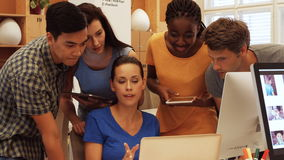 Directeuren die over laptop bespreken stock videobeelden