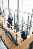 Directeuren die zich beneden in Modern Bureau bewegen stock afbeeldingen