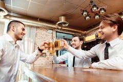 Directeurs commerciaux ayant une boisson dans le bar Image libre de droits
